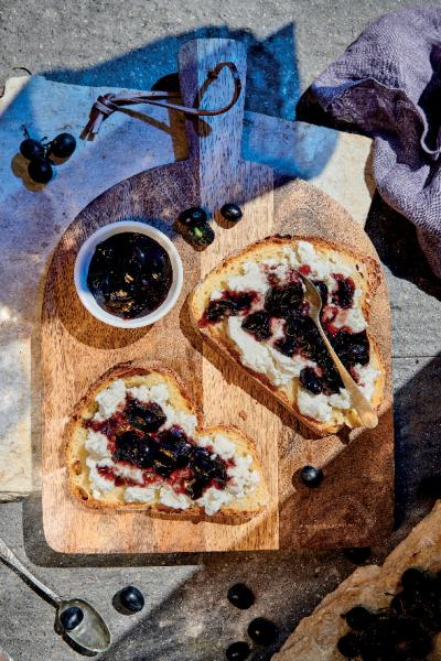 Confettura d'uva con pane di Matera e ricotta fresca