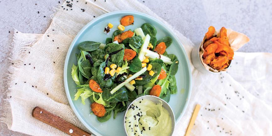 Insalata di spinacini con crema di avocado e chips di carota