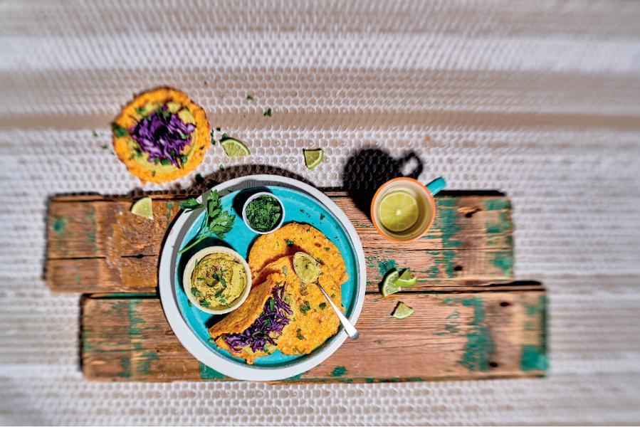 Tacos di carote con hummus di avocado e cavolo cappuccio viola